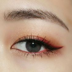 Have you always wanted to achieve that beautiful cat eye look with your eyeliner? If you're having a hard time, there are some easy cat eyes makeup tips you can try out. These tips will help you achieve the look every time in a matter of minutes. Korean Makeup Tips, Korean Makeup Look, Korean Makeup Tutorials, Asian Eye Makeup, Natural Eye Makeup, Korean Beauty, Eye Makeup Glitter, Makeup Eyeshadow, Makeup Brushes
