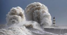 ✶A giant wave whipped up by 80mph winds towers over Seaham lighthouse on 6 Feb 2013 as Britain's coast was battered. The 70ft monster smashed into the shore at Durham county, ENGLAND ✶