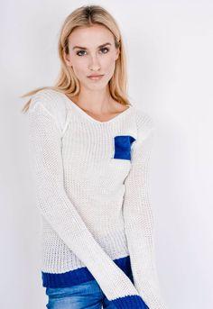 Pohodlný dámske pletený sveter v tmavo bielej farbe. Sveter má okrúhly výstrih, má kontrastný lem na rukávoch a v spodnej časti a modré vrecko na hrudi. Dostupný vo veľkosti UNI, vhodný ak bežne nosíte veľkosti S, M alebo L. Fashion Blogger Style, Fashion Addict, Outfit Of The Day, Diva, Street Wear, Street Style, Pullover, Boutique, Lifestyle