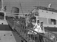 Marinai e soldati sbarcano dei feriti dalla nave ospedale usando la scaletta di bordo  RG/RG099/RG00003670.JPG