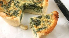 Its no secret that eggs are just about the cheapest form of protein around, which is why quiche and its cousin, the frittata makes a perfect main dish for brunch on a budget. Healthy Desayunos, Healthy Cooking, Healthy Snacks, Cooking Recipes, Healthy Breakfasts, Healthy Living, Healthy Recipes, Breakfast Dishes, Breakfast Time
