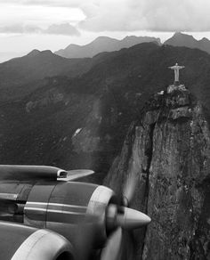 Cristo Redentor visto de dentro de um avião, em 1957. Foto: Acervo / Agência O Globo