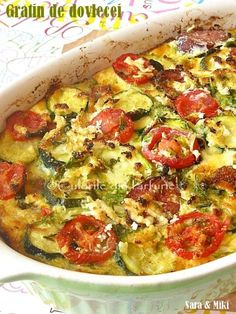 Gratinul este original din bucataria franceza si este o tehnica culinara in care un ingredient, in cazul de fata dovleceii / zucchinii, sunt acoperiti de o crusta rumena pe baza de pesmet, b… Diet Recipes, Vegetarian Recipes, Cooking Recipes, Healthy Recipes, Bread Recipes, Baking Bad, Good Food, Yummy Food, Eggplant Recipes