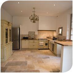 grande cuisine avec lot central dans un appartement haussmanien haussmanien moderne. Black Bedroom Furniture Sets. Home Design Ideas