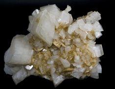 * Dolomita *  Mineral de Carbonato de Cálcio e Magnésio - Químicamente: CaMg(CO3)2. O nome homenageia o Geólogo francês Déodat de Dolomieu.