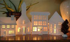 スウェーデンの街並みをイメージした家の形の白い陶器のキャンドルホルダー。素朴で、中にキャンドルが灯されると、まるで物語の街並のような世界になる。密かに大人気のオーナメントです。