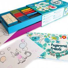 SET DE PINTAR CON LOS DEDOS Set para pintar con las manos y los dedos. Contiene 8 sellos, 3 tampones de tinta, 3 rotuladores, 2 cuadernos, 5 sobres y 5 tarjetas. ¡Manualidades preciosas para las pequeñas manos! Utiliza los sellos y tampones para agregar características divertidas a tus personajes de huellas digitales y los lápices de colores para agregar los toques finales.  Edad recomendada: A partir de 3 años PVP: 16,00 €