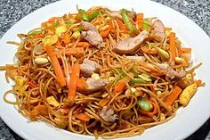 Chinesisch gebratene Nudeln mit Hühnchenfleisch, Ei und Gemüse 1