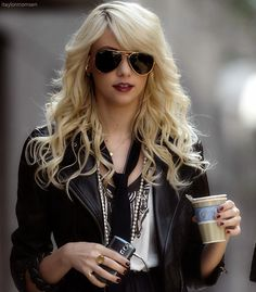 Image uploaded by Camille. Find images and videos about beautiful, gossip girl and Taylor Momsen on We Heart It - the app to get lost in what you love. Gossip Girls, Gossip Girl Fashion, Jenny Humphrey, Gossip Girl Hairstyles, Taylor Michel Momsen, Estilo Rock, Girls Wardrobe, Sensual, Girly Girl