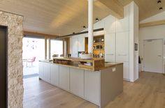 Für alle, die sich von Baumaßen nicht einengen wollen, fertigen wir eine Tischlerküche nach Maß mit jeder denkbaren Kombination aus Farbe, Form und Material. Und wir können mit Garantie sagen: Keine Küche gleicht der anderen!   #küche #tischler #holz #nachmaß #maßgefertigt #maß #holzküche #tischlerküche #modern #interior #kitchen #interiordesign #einzigartig #unique #vorarlberg #nüziders #tischlereijoseffeuerstein #tischlerei #feuerstein