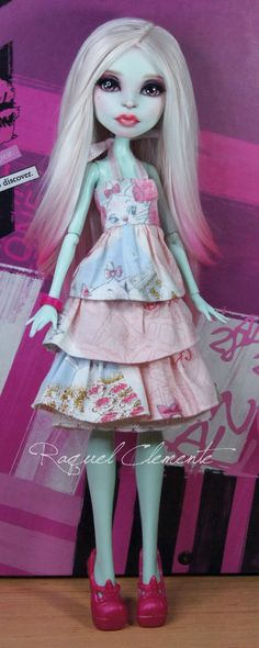 by Raquel Clemente love the dress. Made from a Scarah Screams doll