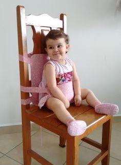 Cadeirão portátil em tecido. Estampa rosa floral. Totalmente ajustável para qualquer modelo de cadeira e serve para os bebês que acabaram de aprender a sentar até os mais velhos.  Lavável em máquina.  Dobrável, cabe em qualquer bolsa de fraldas.  Fechos em trava tranca-rápida: total segurança.