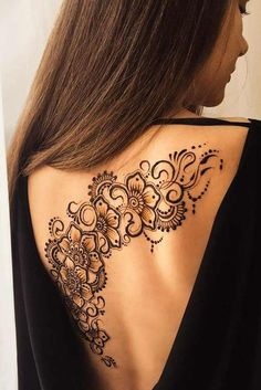 Henna tattoos are to go for in case you wish to try some designs before getting the same tattoo and not only. Go for it with henna! Mehndi Tattoo, Henna Tattoo Back, Back Henna, Henna Ink, Henna Body Art, Lace Tattoo, Body Art Tattoos, Tattoo Flowers, Henna Tattoo Shoulder