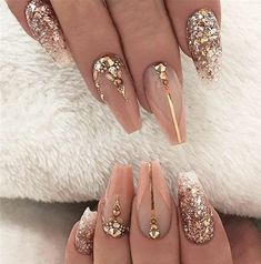 It's important to maintain the fashion and popularity of nails. In order to achieve your style in this spring, there is no better choice than coffin nails. Coffin nails can be short or long. Long coffin nails are bold and fashionable. The coffin nai Gold Nail Art, Rose Gold Nails, Glitter Nail Art, Gold Glitter, Wedding Nails For Bride, Bride Nails, Prom Nails, Birthday Nail Designs, Birthday Nails