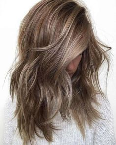 Tendenza Ash Brown Hair estate 2017 - Ash Brown Hair mossi con riflessi cenere