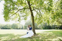 Bruidspaar op een schommel tijdens fotoshoot