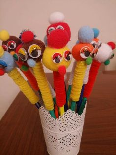 Their eyes...😍 Projects For Kids, Craft Projects, Market Day Ideas, Pen Toppers, Caterpillar Craft, Pipe Cleaner Crafts, Kid Experiments, Pom Pom Crafts, Felt Patterns