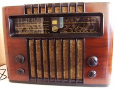 Listen to old time radio shows for free. Hear some of the greatest shows ever produced for radio and some recordings of major historical events. Le Radio, Tv On The Radio, Radio Usa, Radio Antigua, Retro Radios, Old Time Radio, Antique Radio, Record Players, Home