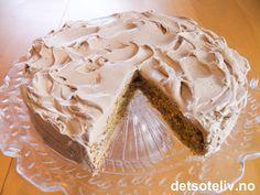 Her har du en virkelig nydelig konfektkake! Kaken består av en seig og utrolig god mandelbunn som dekkes med et tykt lag fyldig sjokoladekrem på toppen. Kaken er lett å bake og smaker HERLIG! Norwegian Food, Norwegian Recipes, Recipe Boards, I Love Food, Cake Recipes, Peanut Butter, Food And Drink, Baking, Desserts