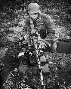 German soldier sighting a MG 34 (Maschinengewehr Modern HOAX, Photoshopped to look like an old photo. Military Weapons, Military Art, Military History, German Soldiers Ww2, German Army, Mg34, Germany Ww2, German Uniforms, War Photography