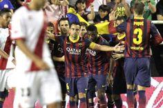 Los jugadores del Barcelona celebran el primer gol de su equipo marcado al Rayo Vallecano por el delantero Pedro Rodriguez