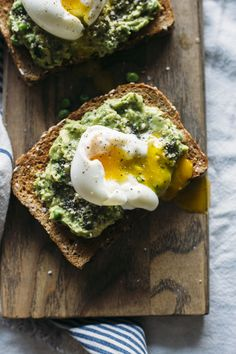 Superfood toast with avocado pea mash recipe recipes закуски Best Avocado Recipes, Healthy Diet Recipes, Healthy Breakfast Recipes, Vegetarian Recipes, Cooking Recipes, Avocado Dessert, Breakfast Desayunos, Perfect Breakfast, Guacamole