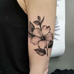 What does hibiscus tattoo mean? We have hibiscus tattoo ideas, designs, symbolism and we explain the meaning behind the tattoo. Hawaii Flower Tattoos, Hibiscus Flower Tattoos, Hawaiian Tribal Tattoos, Beautiful Flower Tattoos, Small Flower Tattoos, Flower Tattoo Arm, Flower Tattoo Designs, Small Tattoos, Tattoos For Guys
