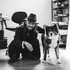 山本耀司が「俺の最後のパートナー」と可愛がる秋田犬のリンとともに … もっと見る