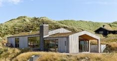 Sommerhuset er tilpasset landskabet ved Vesterhavets bølgende klitlandskab og er nærmest bygget ind i klitterne. Huset er placeret, så det skaber læ for den...