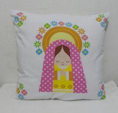 Almofada Santinha <br>Ótimo para decorar quarto infantil ou para receber recém nascido com muitas bençãos! <br> <br>Tecido 100% algodão, medidas: aprox. 39,5cm largura x 36cm comprimento.