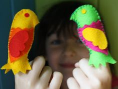 Twig and Toadstool: Fabulous Finger Puppets with Theatre! Felt Puppets, Felt Finger Puppets, Loro Animal, Puppet Tutorial, Finger Puppet Patterns, Bird Template, Felt Monster, Softie Pattern, Traditional Toys