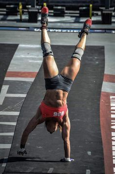girlmeetsstrong: Rebecca Voigt at Reebok CrossFit games doing a handstand walk Crossfit Girls, Crossfit Baby, Reebok Crossfit, Crossfit Athletes, Crossfit Females, Crossfit Motivation, Fitness Inspiration, Camille Leblanc Bazinet, Chico Fitness