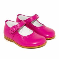 Merceditas para niña en un llamativo tono rosa, ¡no te las pierdas!: http://www.minishoes.es/es/tienda/188-merceditas-piel-hebilla.html