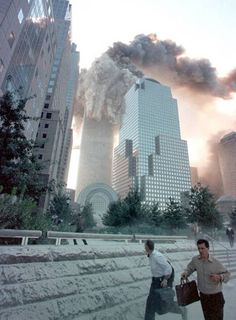 September 2001 ~ One of the World Trade Center towers is collapsing, New York, United States We Will Never Forget, Lest We Forget, World Trade Center, Us History, American History, Ancient History, Ciudad New York, 11 September 2001, Nyc