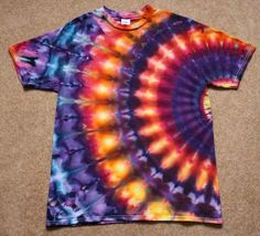 How to Tie-Dye Shirts 10 WaysEven very young kids can help make this cosmic design. For the best results, use a prewashed and dried 100 percent cotton T-shirt. Gather up some rubber bands and prepare Tye Dye, Tye And Dye, How To Tie Dye, Diy Tie Dye Projects, Tie Dye Crafts, Diy Crafts, Easy Diy Tie Dye, Tie Dye Folding Techniques, Diy Tie Dye Shirts