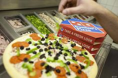 OMG es gibt nichts Entspannteres, als am Wochenende Serien oder Filme zu streamen und sich Pizza zu bestellen. Doch dann kommt ein schlecht gelaunter Pizza-Lieferant an deine Tür, der sogar noch die Hälfte im Auto vergessen hat... Und schon sinkt die Laune. Damit ist jetzt Schluss, denn in Hamburg testet Domino's Pizzaservice nun den absolut attraktivsten Pizza-Lieferanten ever...