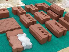Compressed earth blocks (CEBs) for house-building Natural Building, Green Building, Building A House, Earthship Design, Rammed Earth Homes, Interlocking Bricks, Eco Buildings, Brick Molding, Building Concept