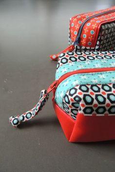 Cómo hacer un estuche de tela con cremallera - El Cómo de las Cosas Coin Couture, Couture Sewing, Waterproof Fabric, Coin Crafts, Diy Pochette, Diy Sac, Medium Sized Bags, Pen Case, Sewing Tutorials