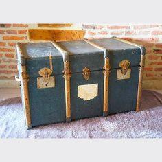 80e BROCANTE LAB Malle / Coffre ancien - cuir bleu et vert