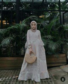 New fashion hijab style simple abayas ideas Kebaya Muslim, Kebaya Hijab, Kebaya Dress, Muslim Dress, Model Baju Hijab, Kebaya Modern Dress, Hijab Casual, Simple Hijab, Hijab Chic