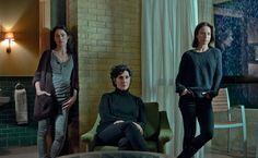 De izquierda a derecha, las tres hermanas Salazar en 'El Guardián Invisible': Rosaura (interpretada por Patricia López), Flora (Elvira Mínguez) y Amaia Salazar (Marta Etura). APPA: Toni Novella como Director de Producción, Pilar Pérez como Jefa de Contabilidad, Belén Sánchez como Jefa de Localizaciones.