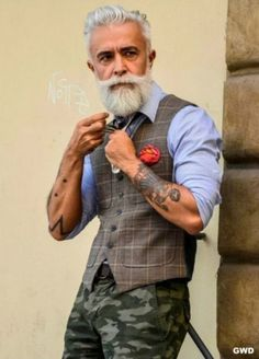 Hipster beards have become some of the most sought after beard styles in recent times. Here are 70 bold and sexy hipster beard styles to play. Hipster Man, Style Hipster, Hipster Fashion, Urban Fashion, Grunge Style, Soft Grunge, Latest Beard Styles, Beard Styles For Men, Bart Styles