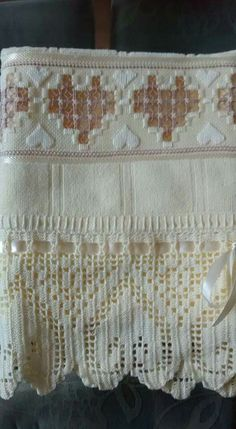 Ponto reto Lace Shorts, Needlework, Embroidery, Crochet, Amanda, Face Towel, Cross Stitch Embroidery, Holidays Events, Embroidered Towels