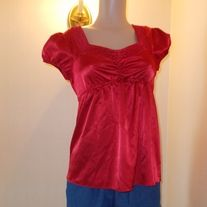 pre owned item in good condition red, cap sleeve, polyester underarm to underarm is 18 inch length is 24 inch smoke and pet free