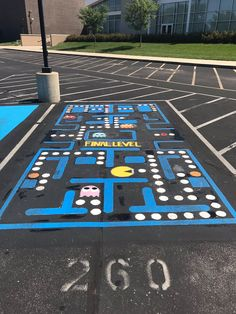 """""""Lots of cool painted parking spots at HS. 5 military recruits turned their spots into unified patriotic🇺🇸. Chalk Art Quotes, 3d Chalk Art, Chalk Art Christmas, Parking Spot Painting, Chalk Wall, Sidewalk Chalk Art, Space Painting, Chalk Drawings, Chalkboard Art"""