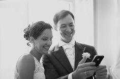 Bride and groom looking at selfie - sokkphoto.com | Wedding photographer in Tartu, Estonia | Pulmafotograaf | Böllopsfotograf | Häävalokuvaaja