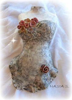 la casita de amistad: ΔΙΑΚΟΣΜΗΤΙΚΟ ΜΠΟΥΣΤΟ ΑΠΟ ΠΗΛΟ. Mannequin Art, Clay Projects, Playing Dress Up, Decoupage, Body Art, Diy And Crafts, Mosaic, Sculpture, Simple