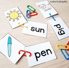 Starting to learn about CVC Words in Kindergarten should involve hands-on and engaging activities. Using links and these word cards is a great way to introduce students to CVC Words. Kindergarten Literacy, Preschool Learning, Literacy Centers, Reading Words, Writing Words, Words To Spell, Sounding Out Words, Cvce Words, Learn To Spell