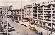 Arnhem 1961: Stationsplein met een goed gevuld terras van hotel-restaurant Carnegie. Menig oldtimer liefhebber zou er wat voor over hebben om de auto's te bezitten, die hier zo zorgeloos staan geparkeerd. Pal naast het stationsgebouw was nog een terrasje.