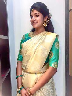 South Indian bride- golden cream saree and green blouse. Saree Color Combinations, Sari Bluse, Couple Wedding Dress, Golden Saree, Reception Sarees, Blouse Neck Designs, Blouse Patterns, Indian Silk Sarees, Elegant Saree